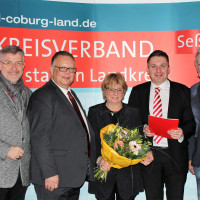 Landtagsabgeordneter Michael Busch (links), SPD-Landratskandidat Martin Stingl (2. von links) und stellvertretender SPD-Kreisvorsitzender Herbert Müller (rechts) zeichneten Silvia Tauss und Carsten Höllein aus.
